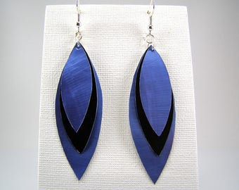 Capsules form coffee black and blue feather earrings