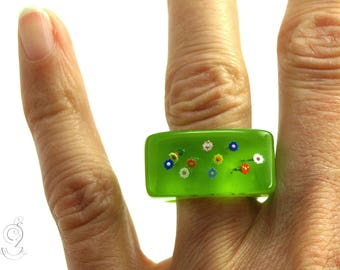Colorful flower garden – summerly ring with colorful flowers on a green ring made of resin
