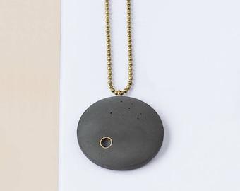 Concrete chain 'BRILLER' with brass details