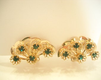 Vintage 1960s Gold Tone GREEN RHINESTONE Clip EARRINGS (1065)