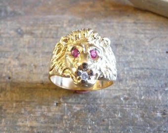 Ring yellow gold lion head Marjan white oxide in the mouth and Ruby eyes