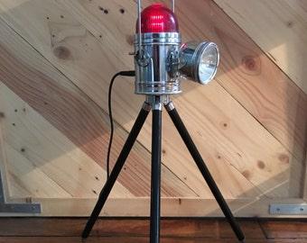 Jolie lampe de signalisation sur trépied