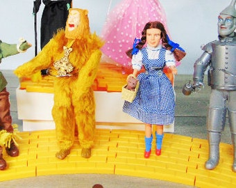 Vintage Set (4) ORIGINAL 1987 Turner Presents Wizard Of OZ Dolls On Yellow Brick Road Doll Stands Dorothy Toto Tin Man Wicked Witch Lion