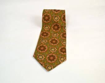 1980s Green and Red Abstract/Geometric Print Silk Tie by Hathaway