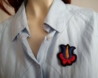 Hand-embroidered pin with flower motif. Hungarian embroidery jewel badge