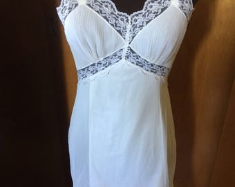 Absolutely Beautiful White Movie Star White Lace Pleated Ruffle 32 Short