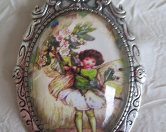 """Broche en métal argenté """"Un petit elfe des fleurs, vert"""""""