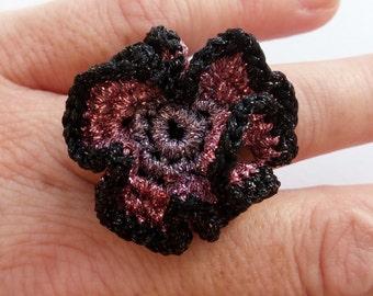 Häkeln Sie häkeln Schmuck, Ring, schwarz rosa lila Blume Häkelring, Blume Ring Schmuck gehäkelt, Vintage Crochet Ring, Spitze-Ring