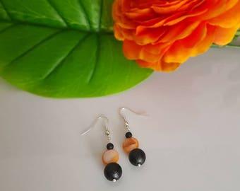 Perlmuttohr pendant in orange and black