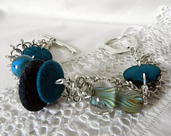Bracelet in blue fabrics, with glass and ceramic beads, on chains