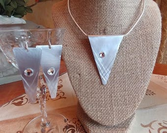 Darling retro inspired pendant with earrings to match