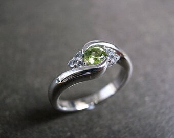 Wedding Engagemnet Ring Band with White Sapphire and Peridot Gemstone in 14K White Gold / Yellow Gold / Rose Gold
