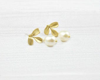 Dainty Minimalist Earrings, Small Minimal Earrings, Leaf Earrings, Gold Earrings, Bridesmaid Earrings, Freshwater Pearl, Everyday earrings