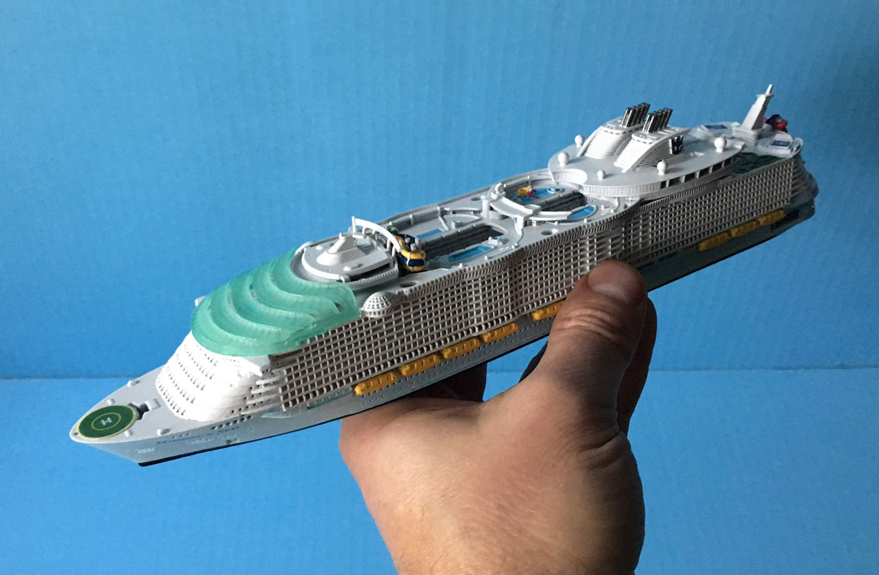 Modell Kreuzfahrtschiff Harmonie der Meere 1:1250 Skala
