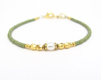 Spring Green Friendship Bracelet, Pearl Christmas Beaded Jewelry, Minimal Modern Yoga Zen, Seed Bead Bracelet