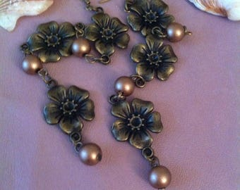 1 pair of dangling earrings, flower and pearls