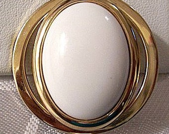 Avon White Cabochon Pin Brooch Gold Tone Vintage 1972 Bead Rimmed Open Slot Edge