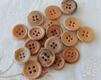 "18 vintage buttons in corozo, natural shades / diameters from 0,59"" to 0,63"" / assortment of old buttons"