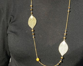 Necklace color gold with leaves