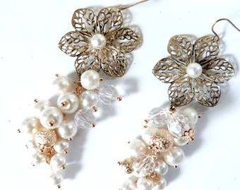 Romantic and chic earring in gold and white beads.