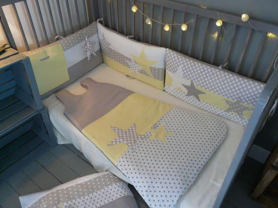 tour de lit etoiles jaune clair et gris perle. Black Bedroom Furniture Sets. Home Design Ideas