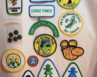 Boutons et vintage 1980 s Girl Scout Brownie Badges