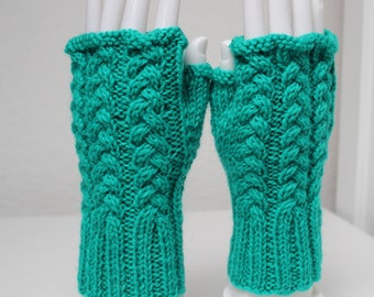 Hand knitted gloves in pure wool Green.