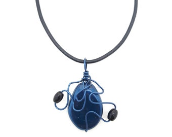 Blue necklace that can be worn as a pendant on a strip of leather or at the neck on a hoop