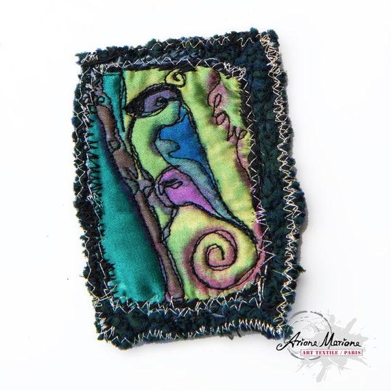 Broche oiseau bleu, vert - Peinture Soie Feutre Artisanal avec Broderie - Broche art animalier - Grand épingle fermoir gilets - Art Textile