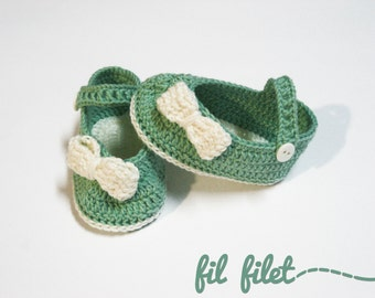 Crochet shoes for baby with bow