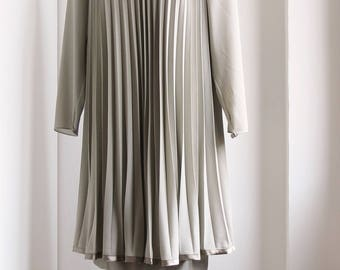 Vintage light gray pleated trapeze dress, long sleeves and petticoat, pale pink flower Evento, woman late 90's / early 00's