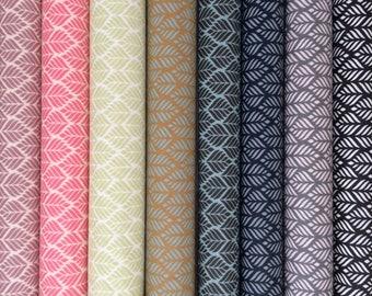 Lot de 8 coupons en toiles cirées en coton enduit a motifs graphiques dans les tons de rose, vert et bleu  30X70