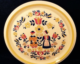 ON SALE Mikasa COURTSHIP C6301 Lot of 4 Dinner Plates Country Store Pennsylvania Dutch Motif, Man & Woman Yellow with Flowers Dinnerware Exc