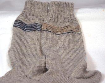 Handgestrickte hellbraune Socken mit dezentem Streifenmuster in verschiedenen Größen