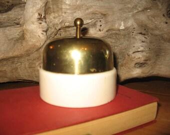 Interrupteur en céramique et laiton de fabrication anglaise.