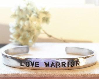 Amour de guerrier - Bracelet manchette estampillé à la main - argent, aluminium