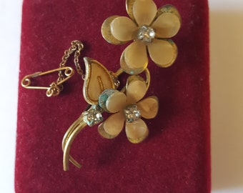 A lovely gold tone flower brooch with mother of pearl petals