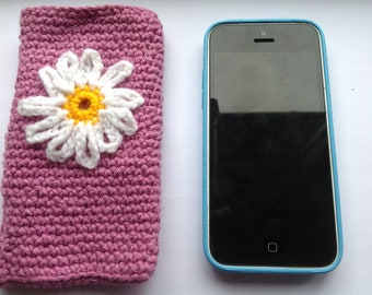 Pink Crocheted iPhone 5 case wth daisy embellishment