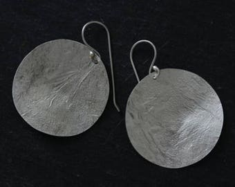 Handmade silver full circle dangle earrings with textured surface (E0176)
