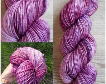 "Hand-dyed yarn ""grape spritzer"""