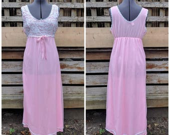 Vintage 1950's pink full length night gown with lace and embroidery DORE size med nylon negligee night gown