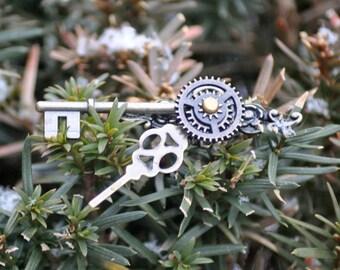 Brass Steampunk Brooch, Brass Brooch, Brass Victorian Brooch, Cloak Pin, Clockwork Jewelry , Steampunk Jewelry, Skeleton Key Jewelry,