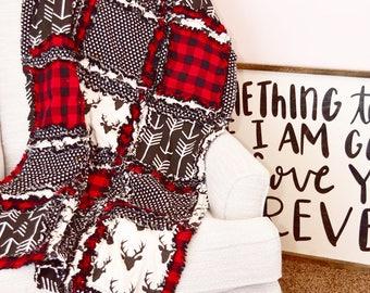 Décor de bûcheron nurserie bébé couette - noir / rouge lit literie - Buffalo Plaid pépinière - pépinière rustique - doudou chiffon à carreaux rouge et noir