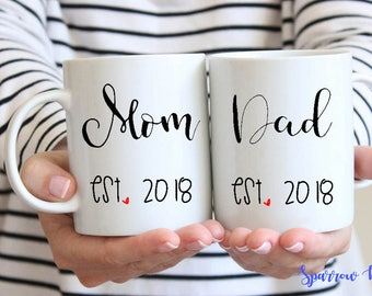 15% OFF| New MOM or DAD Est. Year Mugs| Pregnancy Announcement| Coffee Mugs for New Parents| New Parent Mug Set| Baby Announcement