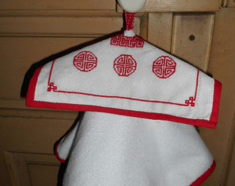 Round towel with embroidery removable