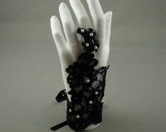 A black color for the bride lace glove. Black Lace