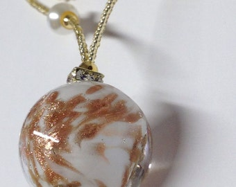 LITTLE WORLD: Necklace with pendant and Murano glass beads.