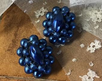 Auffallende Pfau Blau gruppierten Lucite Perlen Ohrringe unsigniert Clip auf 1950-1960-Oval geformt silberfarbenes Metall Feminine Frau Abend Tag