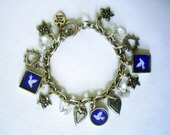 Bracelet à breloques colombe, avec breloques de Colombe de la paix à la main, des cristaux Swarovski et une sélection complémentaire de breloques en étain antiques