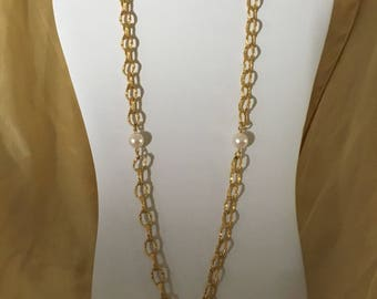Beautiful Richelieu goldtone and faux pearl necklace